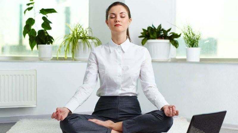 Vài động tác yoga cực đơn giản tại bàn làm việc giúp giải tỏa mệt mỏi cực hiệu quả