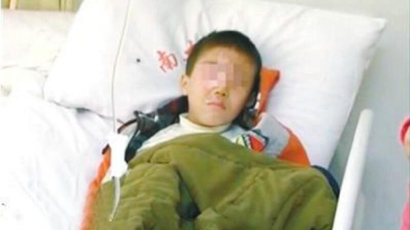 Con trai 8 tuổi bị mù mắt chỉ vì khám phá gói hạt chống ẩm