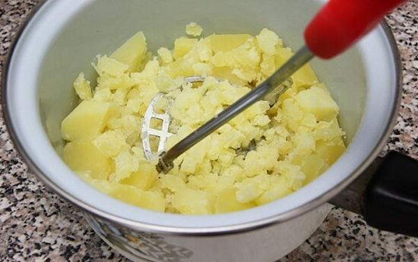Nghiền khoai tây để làm khoai tâu chiên