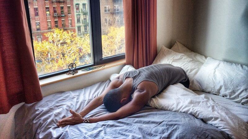 Lười bước chân xuống giường vẫn có thể tập yoga với 8 động tác đơn giản mà hiệu quả