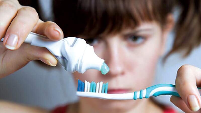 Nếu không muốn bị lộ bản chất đừng để người khác thấy bạn lấy kem đánh răng